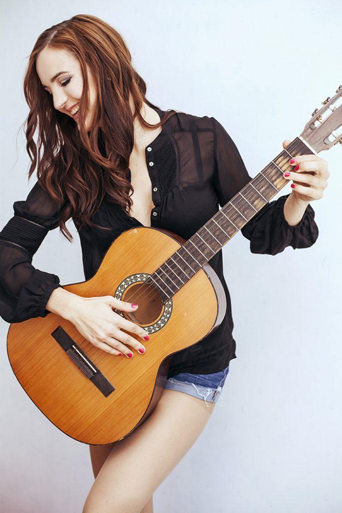 Veronika Sluka zazpívá a zahraje na Vaší soukromé akci či pořádaném koncertu. Neváhejte si pustit ukázku z její tvorby.